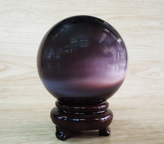 Cách bố trí quả cầu thủy tinh trên bàn làm việc