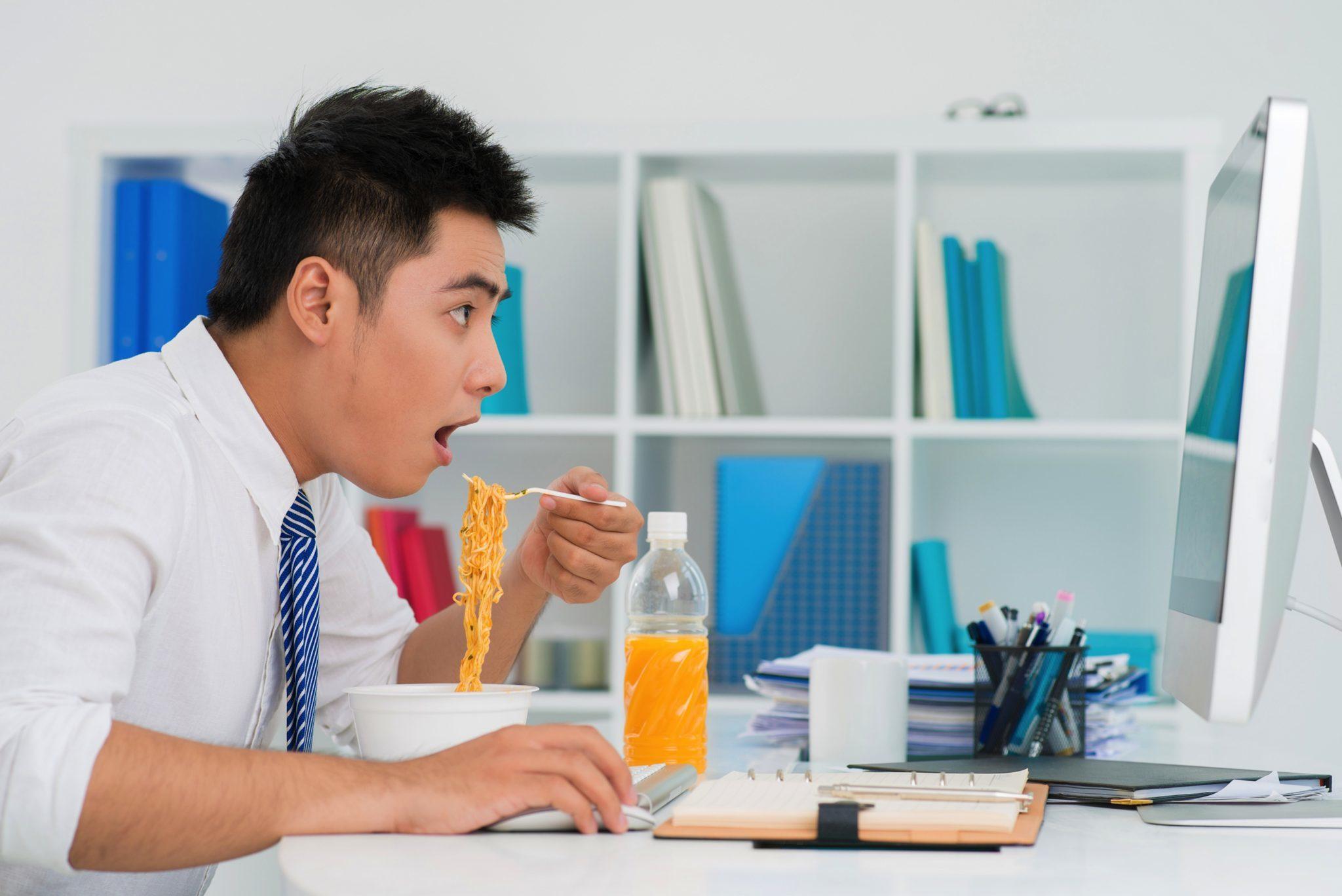 Dân văn phòng méo mặt vì ngồi nhiều, phải lên bàn mổ - VietNamNet